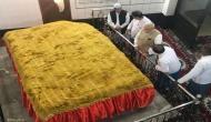 भारत के आखिरी मुगल शासक बहादुर शाह जफर की दरगाह में पहुंचे मोदी, चढ़ाए फूल और छिड़का इत्र