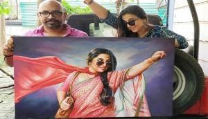 Vidya Balan gets a gift from her Tumhari Sulu director