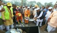 ताजमहल परिसर में झाड़ू लगाकर योगी आदित्यनाथ ने शुरू किया स्वच्छता अभियान