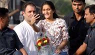 ...जब राहुल गांधी का सुरक्षा घेरा तोड़ सेल्फी लेने के लिए वैन पर चढ़ी लड़की