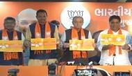 गुजरात चुनाव: वोटिंग से एक दिन पहले भाजपा ने जारी किया संकल्प पत्र, राहुल-हार्दिक ने उठाए थे सवाल