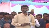गुजरात: कांग्रेस के युवा OBC नेता अल्पेश ठाकोर ने मंच पर उड़ाए रुपये, वीडियो वायरल