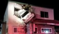 जब कार हवा में उड़कर जा घुसी बिल्डिंग के दूसरे फ्लोर पर
