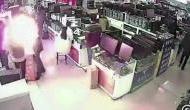 वीडियो: iPhone की बैट्री चेक करने के लिए जैसे ही अपनाई ये ट्रिक, हुआ जोरदार धमाका