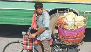 आखिर क्यों जयपुर में पापड़ बेच रहे हैं ऋतिक रोशन, तस्वीरें हैं गवाह