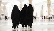 मक्का की मस्जिद में बोर्ड गेम खेलती पकड़ी गई बुर्कानशीं औरतें, फोटो वायरल होने से मचा बवाल