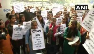 सीमन भरे गुब्बारे फेंकने से गुस्साई DU की छात्राओं का दिल्ली पुलिस हेडक्वार्टर में प्रदर्शन