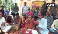 मध्य प्रदेश: सीएम शिवराज ने अनोखे तरीके से मनाई होली, गाए फाग और खेला गुलाल