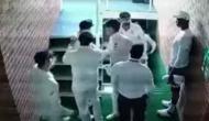 Video: डिविलियर्स के आउट होने के बाद डिकॉक से भिड़े वॉर्नर, साथी खिलाड़ियों ने हाथापाई करने से रोका