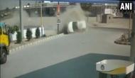 VIDEO: डिवाइडर से टकराकर कार हो गई चकनाचूर, गाड़ी में सवार लोगों को नहीं आई एक खरोंच