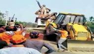 त्रिपुरा में लेनिन की मूर्ती पर चला बीजेपी समर्थकों का बुलडोजर