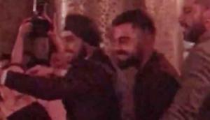अनुष्का के मम्मी-पापा के साथ विराट ने किया 'कजरारे' पर डांस, वीडियो वायरल