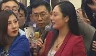चीन की महिला रिपोर्टर ने कैमरे के सामने किये अजीबो-गरीब इशारे, वीडियो हुआ वायरल