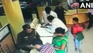 बैंक से पैसे भरा बैग लेकर बच्चा फरार, CCTV में कैद हुई घटना