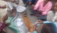 अक्ष्मयः जुआरियों ने किया तिरंगे का अपमान, चप्पल रखकर लगाई बाजी