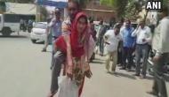यूपी: विकलांग पति को पीठ पर लादकर CMO ऑफिर पहुंची महिला