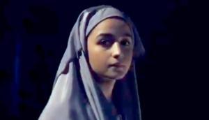 बुर्का पहनी आलिया भट्ट ने फोन पर कहा- हां मैं राज़ी हूं, देखिए वीडियो
