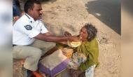 अपनों ने किया बूढ़ी मां को बेघर, फरिश्ता बनकर पहुंचा पुलिसवाला