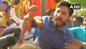आंबेडकर की प्रतिमा पर माल्यार्पण को लेकर भिड़े जिग्नेश मेवाणी और BJP समर्थक, देखें तस्वीरें