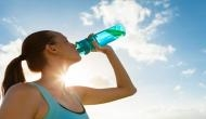कहीं आप भी तो खड़े होकर पानी नहीं पीते हैं ? जानिए सेहत पर इसका असर