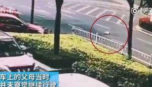 VIDEO: जब बीच सड़क पर चलती कार से गिर गया बच्चा...