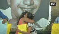 कोलकाता मेट्रो में कपल की पिटाई पर फूटा युवाओं का गुस्सा, शुरु की 'Free Hugs' कैंपेन