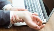 ज्यादा देर तक टाइपिंग करने से हो सकती है साढ़े तीन उंगलियों की बीमारी