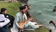 VIDEO: पाकिस्तानी शख्स ने झील किनारे बॉलीवुड गाना गाकर दिया शांति का सन्देश