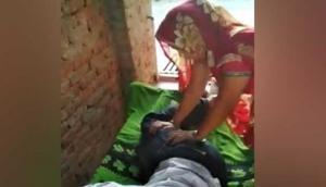 VIDEO: पति के पैर दबाते हुए पत्नी ने की ऐसी हरकत, आपको भी आ जाएगी हंसी