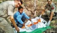 दिल्ली पुलिस ने प्रोटोकॉल बताकर तिरंगे में लपेटा मोर का शव, बढ़ा विवाद