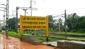 कुली ने पास की सिविल सर्विस की परीक्षा, रेलवे स्टेशन पर ऐसे की फ्री Wi-Fi से पढ़ाई