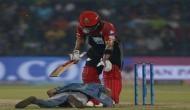 IPL 2018: जब सुरक्षा तोड़कर बीच मैदान में कोहली के पैर छूने पहुंचा एक फैन