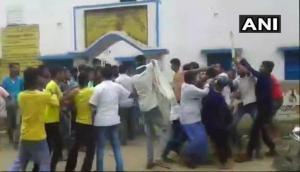 फिल्मी स्टाइल में चल रहा पश्चिम बंगाल पंचायत चुनाव, लुटी पेटियां, चले चाकू-बम और मारे जा रहे लोग