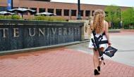 कॉलेज के दीक्षांत समारोह में गन लटकाकर पहुंची इस छात्रा ने छेड़ दी अमेरिका में बड़ी बहस