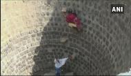 पानी के लिए मौत को दावत दे रहे लोग, कई फीट गहरे कुएं में उतरकर पानी लाने को मजबूर