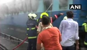 मुम्बई: रेलवे यार्ड में खड़ी ट्रेन में लगी आग, बोगी जलकर राख