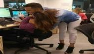 ऑफिस में कुछ इस तरह गले मिले लड़का-लड़की, तस्वीर देख चक्कर आ जाएगा