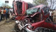 महाराष्ट्रः कार और ट्रक को जोरदार भिड़ंत, 10 लोगों की मौत