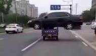 Video: रिक्शे में लादकर कार बेचने ले जा रहे शख्स को रास्ते में भुगतना पड़ा ये अंजाम
