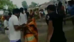 Video: प्रेम प्रसंग के शक में महिला-पुरुष को भीड़ ने जमकर धुना