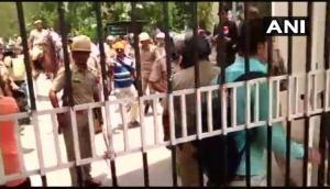कानपुर युनिवर्सिटी के छात्र-छात्राओं को पुलिस ने जमकर पीटा, गलत कॉपी जांचने को लेकर कर रहे थे प्रदर्शन