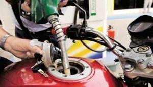 पेट्रोल-डीजल में आम आदमी को बड़ा झटका, लगातार दूसरे दिन बढ़ा दिए गए दाम