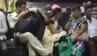 Video: महिला को छूने की कोशिश कर रहा था पुलिसवाला, लोगों ने ऐसे सिखाया सबक
