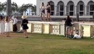 Video: मस्जिद के सामने 2 विदेशी महिलाओं की हरकत से नाराज हुआ मलेशिया, पर्यटकों पर लगाया बैन