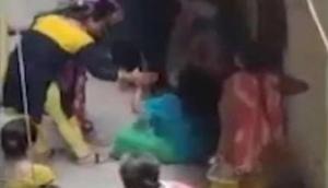 शर्मनाक: महिला को सरेआम निर्वस्त्र कर पीटा, तमाशबीन बनी रही भीड़