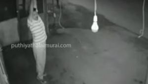 VIRAL VIDEO: ऐसा बल्ब चोर आपने जिंदगी भर नहीं देखा होगा