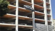 चौथी मंजिल पर पार्किंग में खड़ी कार का गलती से दब गया एक्सलेटर, हो गया ये हाल
