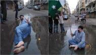 वोट मांगने के लिए नाले के पानी में भी लेट गए ये नेता जी, तस्वीरें हो रही हैं वायरल