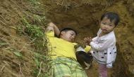 अपनी बेटी के साथ हर रोज कब्र में सोता है ये शख्स, वजह जानकर चौंक जाएंगे