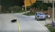Video: जब कार में बैठे शख्स के सामने आई मौत भी उसे खरोंच तक नहीं लगा पाई